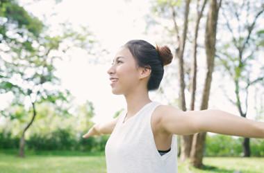 端正な姿勢を保つことは、脊椎を保護し、頭部から足先に至るまでの全身の疾病を予防します。(Shutterstock)