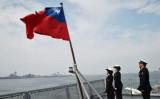 2018年1月31日、台湾・高雄の海軍基地での年次訓練に参加した後、補給艦「パンシー」の甲板で国旗に敬礼する台湾兵士たち(Mandy Cheng/AFP via Getty Images)