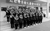 中国共産党は結党100周年を機に、再び洗脳運動を展開した。写真は河南省鄭州市の中学生が革命ソングを歌わされている場面(関係者による提供)