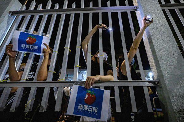 2021年6月24日、雨の中で蘋果日報の最終号を買い求める香港市民ら(Anthony Wallace/AFP via Getty Images)
