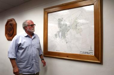 テキサス州ユバルディの市庁舎で地図を眺めるドン・マクラフリン市長(Charlotte Cuthbertson/大紀元)