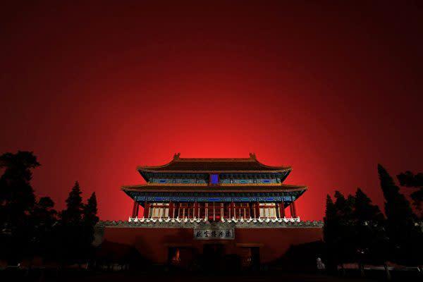 中国・北京で開催された2008年北京夏季オリンピックの開会式で、紫禁城の上空を彩る花火=2008年8月8日 イメージ写真(Quinn Rooney/Getty Images)