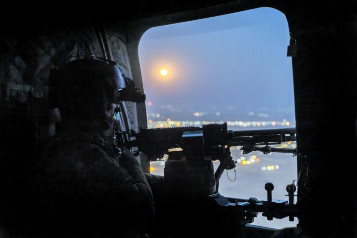 2021年5月、シリアで対テロ戦略に臨む米軍兵士。空には満月が浮かぶ。参考写真(John Moore/Getty Images)