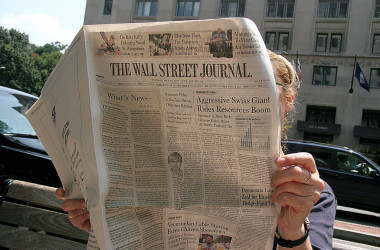 2007年7月31日 ワシントンDCでウォール・ストリート・ジャーナルを読む女性(KAREN BLEIER/AFP via Getty Images)