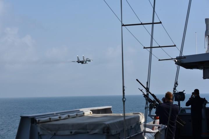 24日にクリミア半島の南東沖で、ロシア軍機がオランダのフリゲート「エバーツェン」に接近(オランダ国防省)