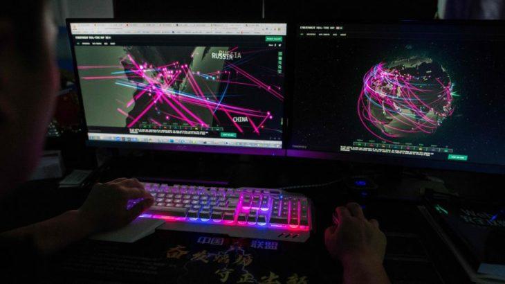 中国・広東省東莞市のオフィスでパソコンを使うハッキンググループのメンバー=2020年8月4日(Nicolas Asfouri/AFP via Getty Images)