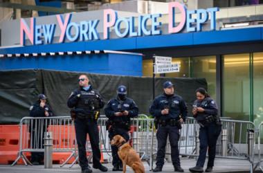5月21日、タイムズスクエアにいるニューヨーク市警察官  (Ed Jones/AFP via Getty Images)