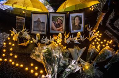 犠牲者を弔うために置かれたキャンドルと花束 (Photo by PHILIP FONG/AFP via Getty Images)