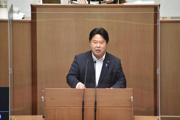 埼玉県議会で賛成討論を行う鈴木正人議員(鈴木議員より提供)