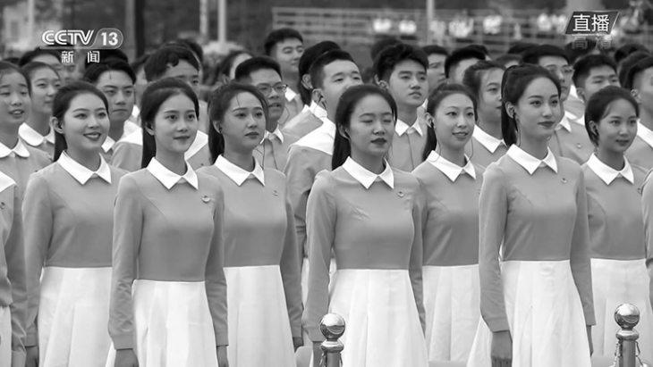 選りすぐりの若者がそろいの服を着て革命歌を合唱し、会場を盛り上げた(スクリーンショット)