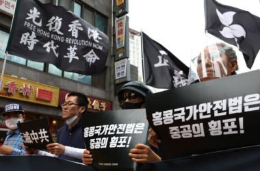 2020年7月、ソウルの中国大使館前で香港民主運動に対する鎮圧に抗議する人々(Chung Sung-Jun/Getty Images)