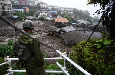 7月4日、静岡県熱海市で数日にわたる大雨の後に発生した地滑りの現場で、被害現場を確認する自衛隊員(Photo by CHARLY TRIBALLEAU/AFP via Getty Images)
