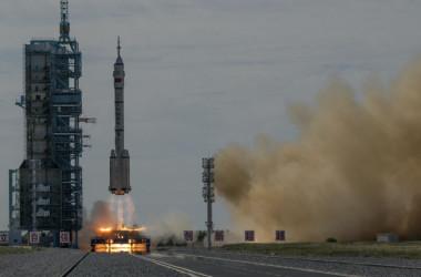2021年6月17日、中国甘粛省の酒泉衛星発射センターから、有人宇宙船「神舟12号」を搭載した「長征2号F遥12」運搬ロケットが打ち上げられた。イメージ写真(Kevin Frayer/Getty Images)
