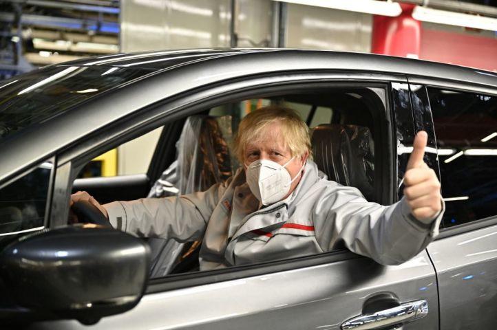 日産自動車の工場を視察するジョンソン首相。7月1日、サンダーランドにて撮影(Photo by JEFF J MITCHELL/POOL/AFP via Getty Images)