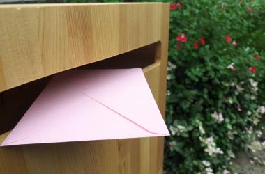当時、差出人に気づかれずに戻ってきてしまった大切な手紙を、郵便局員の好意でまとめて再送してくれました。( sotopiko / PIXTA)