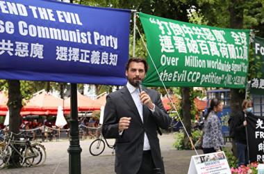 オランダ国会議事堂前で行われたEndCCPの100万筆突破を祝う集会で、応援演説をするティエリー・ボーデ議員=2021年7月1日 (Han De/ The Epoch Times)