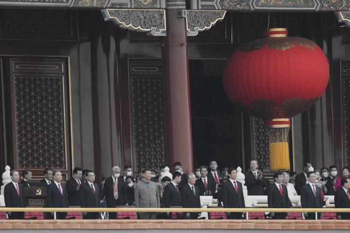 中国・北京の天安門広場で開催された中国共産党結党100年記念式典に、胡錦濤前国家主席と並んで出席する習近平国家主席=2021年7月1日(Lintao Zhang/Getty Images)
