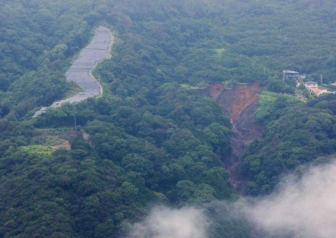 静岡県熱海市で発生した土石流の発生カ所を7月5日、空撮した。向かって左に太陽光パネルが並ぶ(Photo by STR/JIJI PRESS/AFP via Getty Images)