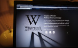 パソコン画面に映し出されたウィキペディアのトップページ(Peter Macdiarmid/Getty Images)