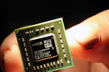 米アドバンスト・マイクロ・デバイセズ (Advanced Micro Devices, Inc. / AMD) 社が開発した中央演算処理装置やグラフィック・プロセッシング・ユニットに使われているコインサイズのチップ。参考写真(Sam Yeh/AFP via Getty Images)