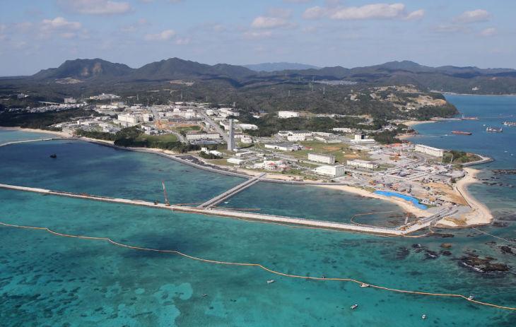 沖縄県名護市の辺野古沿岸域で、米軍航空基地移転のため、新たな敷地を建設するための埋め立て作業を示す航空写真。2018年12月14日に撮影。(Photo credit should read JIJI PRESS/AFP via Getty Images)