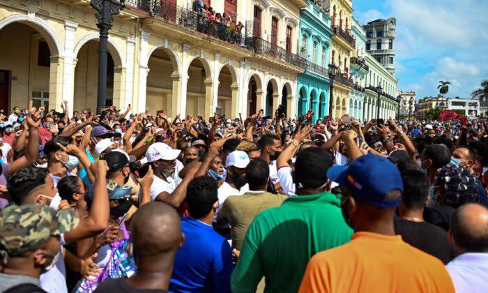 2021年7月11日、キューバのミゲル・ディアスカネル政権へ抗議デモを行う市民(Yamil Lage/AFP via Getty Images)