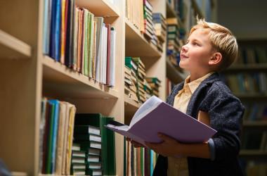 11歳のベルギーの「神童」ローランくんは、1年間で大学学士号を取得しただけでなく、同時に物理学の学士号をも取得しました。 (イメージ写真 ufabizphoto / PIXTA)