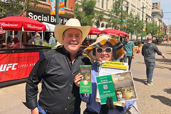 2021年7月11日、カナダのカルガリー・スタンピードで、アルバータ州のジェイソン・ケニー州知事は「End CCP」署名活動のボランティアスタッフの郭文文さんと集合写真を撮った(郭文文さんが提供)