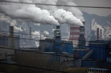 中国北部の河北省にある鉄鋼工場の煙突や火力発電所から煙が立ち上る=2015年11月19日 イメージ写真(Kevin Frayer/Getty Images)