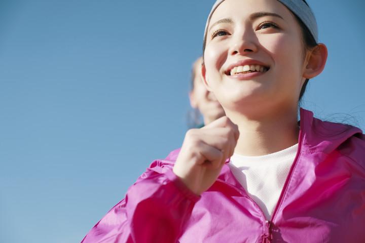 人は、体内に少なくとも4種の「快楽物質」をもっています。セロトニン、ドーパミン、アンポリフェノール、オキシトシンです。(Fast&Slow / PIXTA)