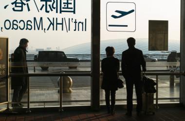 北京国際空港で荷物を持って歩く乗客たち=2016年11月24日(Fred Dufour/AFP/Getty Images)