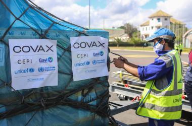 2021年5月8日、COVAXプログラムでマダガスカルの首都アンタナナリボにあるイバト国際空港にワクチンが到着した(MAMYRAEL/AFP via Getty Images)