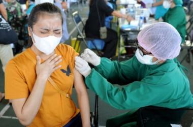 2021年7月6日、アストラゼネカ製のワクチン接種を受ける女性(Sonny Tumbelaka/AFP via Getty Images)