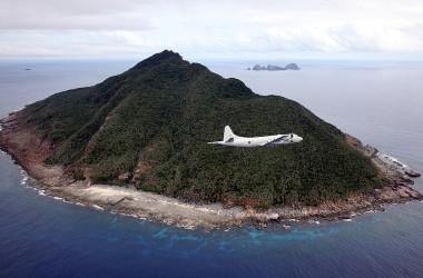 日本海上自衛隊のP-3C哨戒機が、東シナ海にある尖閣諸島の上を飛行している。2011年10月13日撮影。 (Photo credit should read JAPAN POOL/AFP via Getty Images)