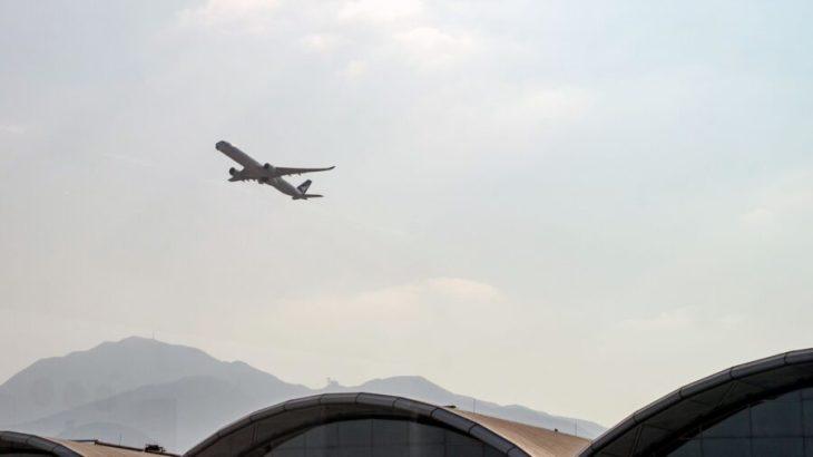香港国際空港を離陸するキャセイパシフィック航空の旅客機=2020年10月21日(Anthony Kwan/Getty Images)
