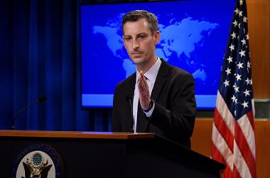 2021年2月9日、米国務省のプライス報道官が定例記者会見に臨んだ(OLIVIER DOULIERY/POOL/AFP via Getty Images)