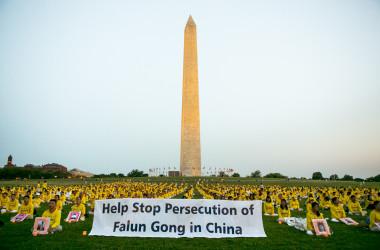 2021年7月16日、ワシントンD.C.のワシントン・モニュメントの下で行われた、反迫害イベントに参加する法輪功学習者(大紀元)