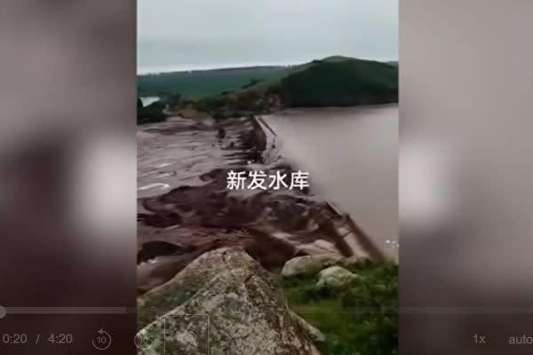 中国ネットユーザーが投稿した動画によると、内モンゴル自治区の新発ダムなどが豪雨で決壊した(スクリーンショット)