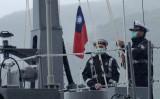 台湾・宜蘭県の郷里である蘇澳の造船所で行われた公式式典で、台湾の国旗を掲げる2人の海軍兵=2020年12月15日(Sam Yeh/AFP via Getty Images)