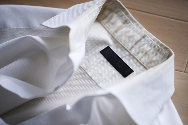 去年は真っ白だったお気に入りのシャツが、今年はガッカリ。そんな「黄ばみ」 を防ぐ方法があります。( bee / PIXTA)