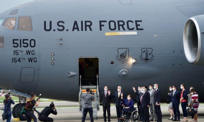 2021年6月6日、台北の松山空港に到着した3人の米上院議員は、出迎えた呉外相とブレント・クリステンセン在台湾米国協会(AIT)所長らと写真撮影した(Aden Hsu/POOL/AFP via Getty Images)