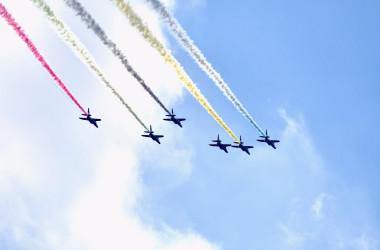 都心で華麗なる飛行を披露した航空自衛隊のブルーインパルス(防衛省 航空自衛隊 @JASDF_PAO)