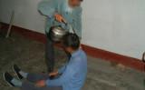 中国当局の役人らは法輪功学習者に対して沸騰したお湯をかけて拷問を行っている。イメージ写真(明慧網)