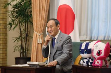 髙藤直寿選手へお祝いの電話をかける菅義偉総理大臣(首相官邸ホームページ)