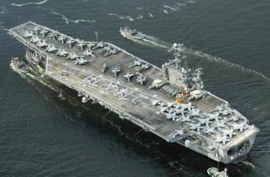 神奈川県横須賀市の米海軍横須賀基地に向かう米原子力空母「ジョージ・ワシントン」=撮影日時不明(AFP/Getty Images)