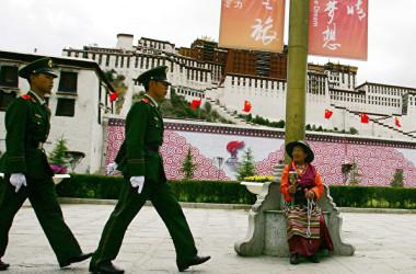 2008年6月20日、チベット・ラサのポタラ宮の前で巡回する中国武装警察の警官ら(Guang Niu/Getty Images)