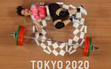 2021年7月27日、東京の東京国際フォーラムで開催された東京2020オリンピックの重量挙げ女子59kg級で金メダルを獲得し、喜びの笑顔を見せる台湾の郭婞淳選手(Photo by CHRIS GRAYTHEN/POOL/AFP via Getty Images)