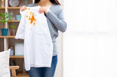 衣服についた頑固な汚れ。生地を傷めずに、きれいに落とす「特効薬」は果たしてあるのでしょうか?(hirost / PIXTA)
