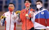 銀メダルを獲得した中国の肖若騰選手、金メダルを獲得した日本の橋本大輝選手、銅メダルを獲得したロシア・オリンピック委員会のニキータ・ナゴルニ選手(Laurence Griffiths / Getty Images)
