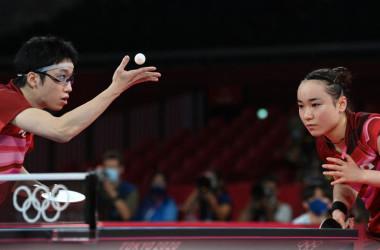 7月26日、東京オリンピックの混合ダブルス決勝でサーブする日本の水谷隼選手(左)と伊藤瑞穂選手(右)(JUNG YEON-JE/AFP via Getty Images)